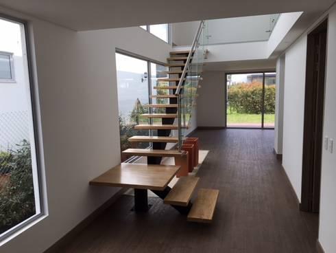 Casa El Retiro: Escaleras de estilo  por Conideal