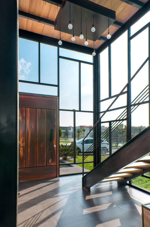 Ingreso interior: Pasillos y recibidores de estilo  por aaestudio