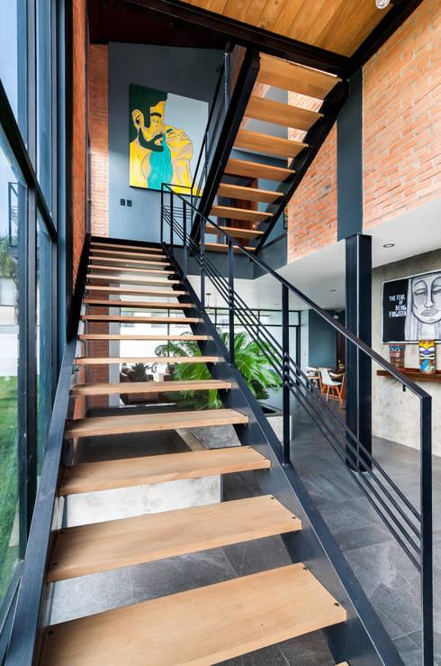 Escalera: Escaleras de estilo  por aaestudio