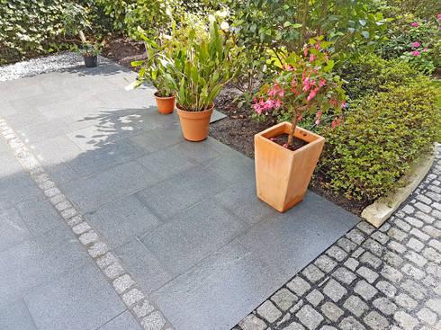 terrasse mit granitplatten pflaster und sichtschutzplatten aus naturstein von npr. Black Bedroom Furniture Sets. Home Design Ideas