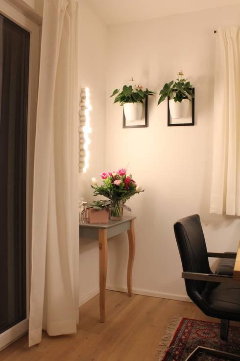 Neugestaltung einer dunklen Ecke: moderne Esszimmer von Kathameno Interior Design e.U.