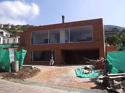 Fachada Principal: Casas de estilo moderno por Proyectum SAS