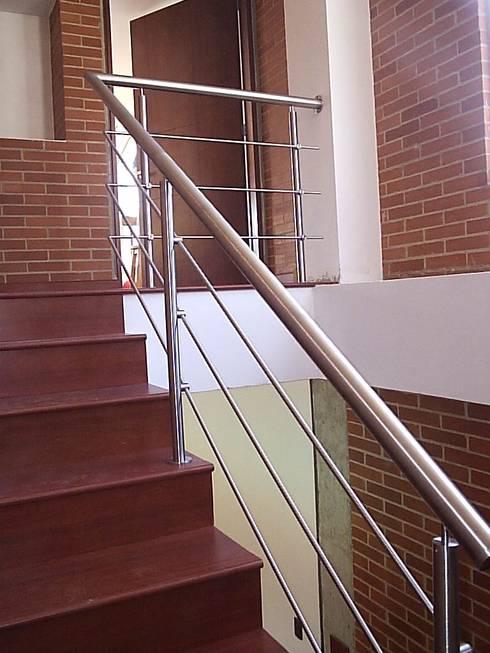 Casa en Sopo: Escaleras de estilo  por Proyectum SAS