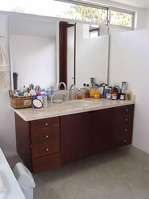 Casa en Sopo: Baños de estilo moderno por Proyectum SAS