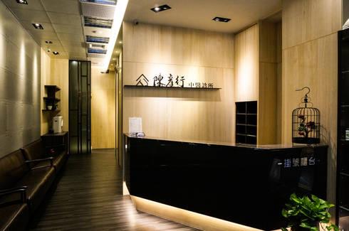 中醫診所:  走廊 & 玄關 by 沐築空間設計