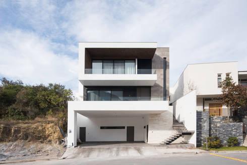 Fachada principal: Casas unifamiliares de estilo  por Nova Arquitectura
