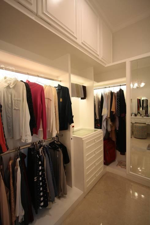 Ruang Pakaian:   by Exxo interior