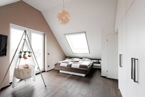 Nach den Sternen greifen: minimalistische Schlafzimmer von Koitka Innenausbau GmbH