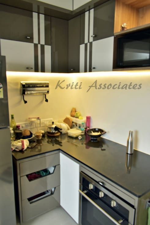 Kitchen: minimalistic Kitchen by Kriti Associates / girishsdesigns
