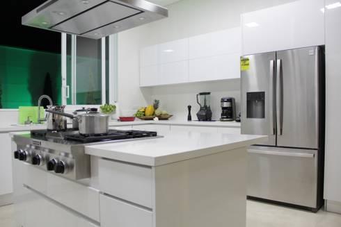 Cocina SERVO - DRIVE : Cocinas de estilo minimalista por TRES52 S.A.S