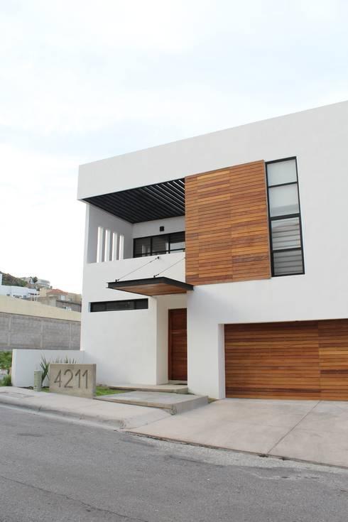Fachada frontal: Casas de estilo moderno por Grupo Involto