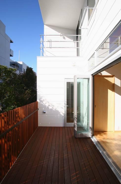 風が吹き抜ける家: 設計事務所アーキプレイスが手掛けたテラス・ベランダです。