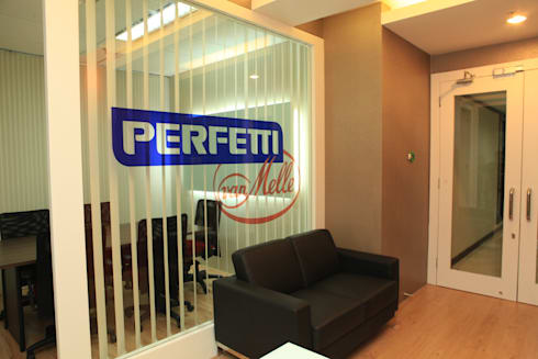 COLORFULL MODERN OFFICE @ MT HARYONO, JAKARTA:  Kantor & toko by PT. Dekorasi Hunian Indonesia (D&H Interior)