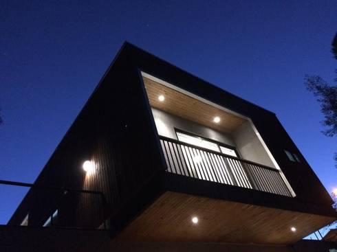 voladizo: Casas de estilo moderno por Manuel Herrera