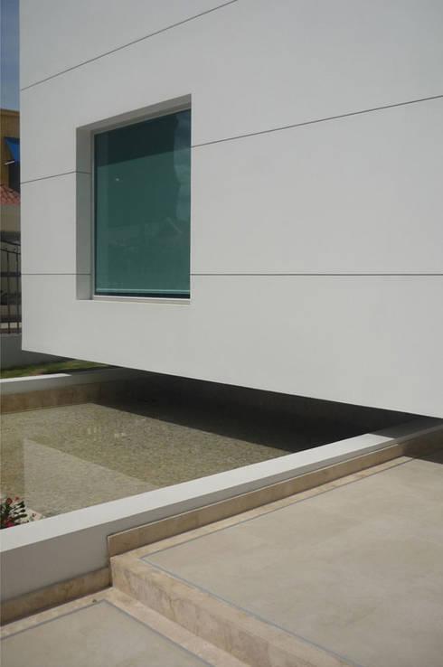 Casa Vega aruachan: Casas de estilo minimalista por mínimal arquitectura