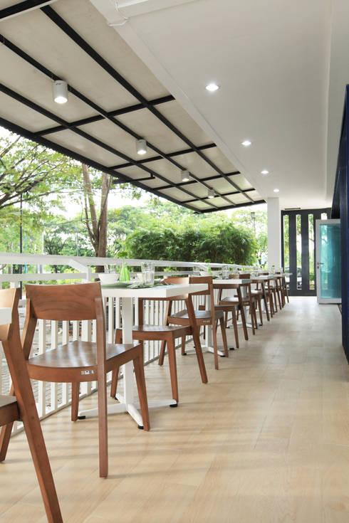 TWO DIFFERENT EXCITEMENT RESTAURANT & LOUNGE @ LIPPO CIKARANG:  Restoran by PT. Dekorasi Hunian Indonesia (D&H Interior)