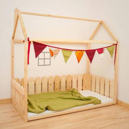 Cama corralito: Dormitorios infantiles  de estilo  por Montessori Room
