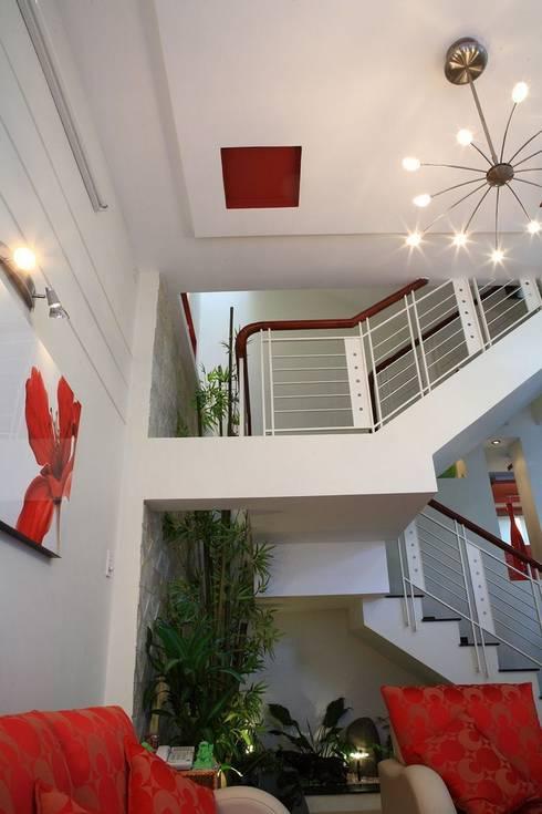 Phòng khách – phòng bếp sang trọng, đầy ấm áp:  Cầu thang by Công ty TNHH Xây Dựng TM – DV Song Phát