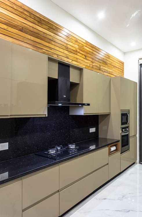 Sky Box House:  Built-in kitchens by Garg Architects