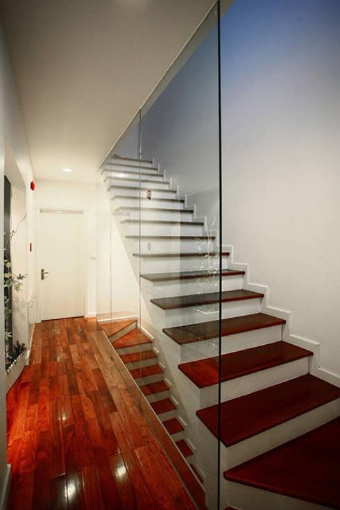Đã Mắt Ngắm Mẫu Thiết Kế Nhà Phố Tuyệt Đẹp Trên Mảnh Đất 100m2:  Cầu thang by Công ty TNHH Xây Dựng TM – DV Song Phát