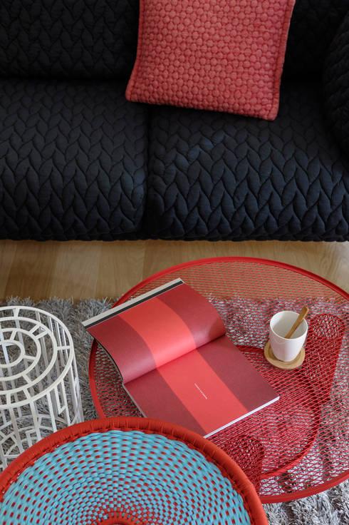 dettaglio tavolini: Soggiorno in stile  di Euga Design Studio
