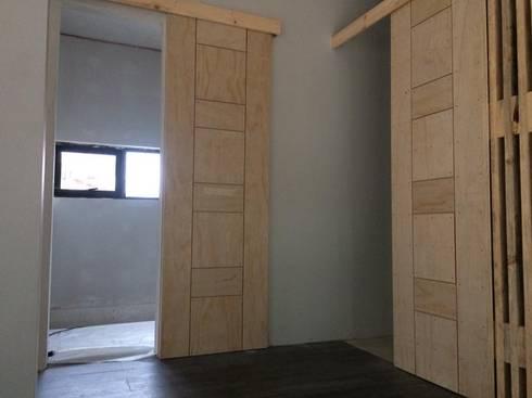 DETALLES: Puertas y ventanas de estilo moderno por Manuel Herrera