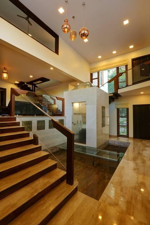 UNNI RESIDENCE:  Corridor & hallway by ALEX JACOB ARCHITECT