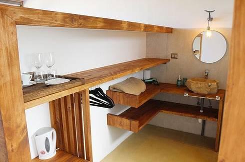 Vivienda Hostal La Mai: Dormitorios de estilo moderno por Kimche Arquitectos