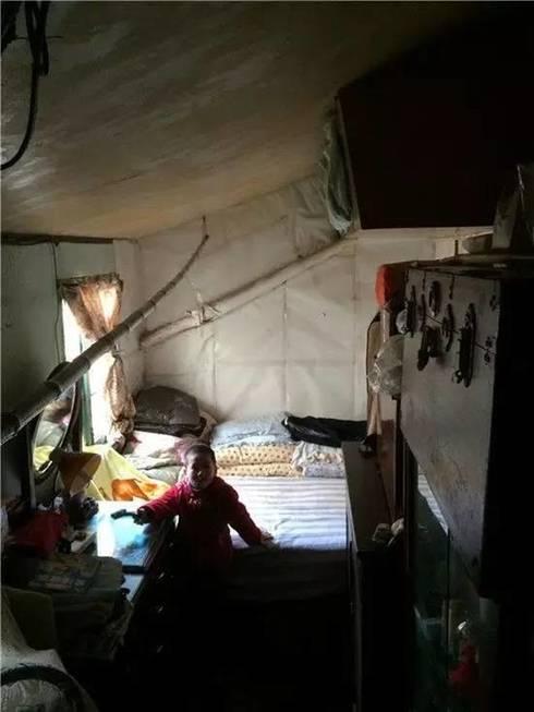 Không gian chật hẹp ẩm thấp:  Phòng ngủ by Công ty TNHH Thiết Kế Xây Dựng Song Phát