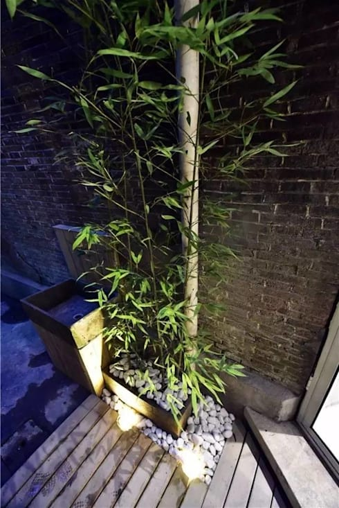 Một khoảng hiên nhỏ được tận dụng để trồng cây xanh.:  Hiên, sân thượng by Công ty TNHH Thiết Kế Xây Dựng Song Phát
