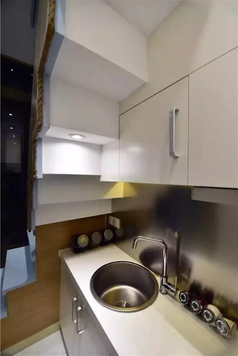 Một căn bếp hiện đại được đặt ngay cạnh cầu thang.:  Nhà bếp by Công ty TNHH Thiết Kế Xây Dựng Song Phát