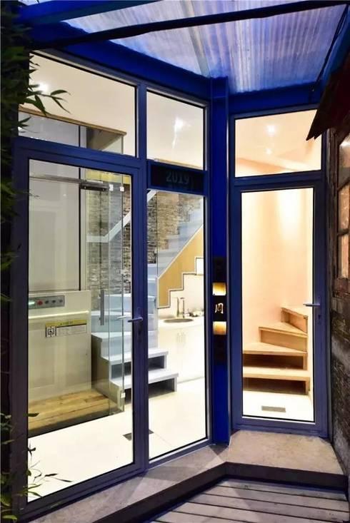 Kính cường lực được sử dụng nhằm tận dụng tối đa ánh sáng cho căn nhà.:  Cửa kinh by Công ty TNHH Thiết Kế Xây Dựng Song Phát