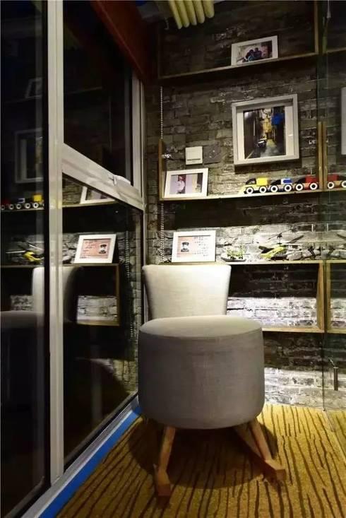Phòng khách cùng tranh ảnh, các đồ lưu niệm của gia đình.:  Phòng khách by Công ty TNHH Thiết Kế Xây Dựng Song Phát