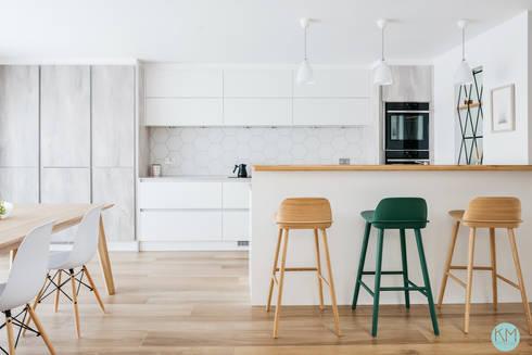 Scandinavian style open kitchen with a breakfast bar: scandinavian Kitchen by Katie Malik Interiors