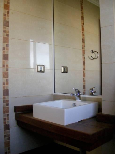 Baño Dormitorio 2: Baños de estilo  por Casabella
