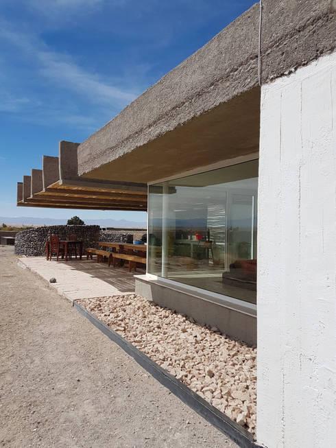 CASA DE LA PIEDRA CHIU-CHIU, II REGIÓN DE ANTOFAGASTA: Casas de campo de estilo  por RH+ ARQUITECTOS