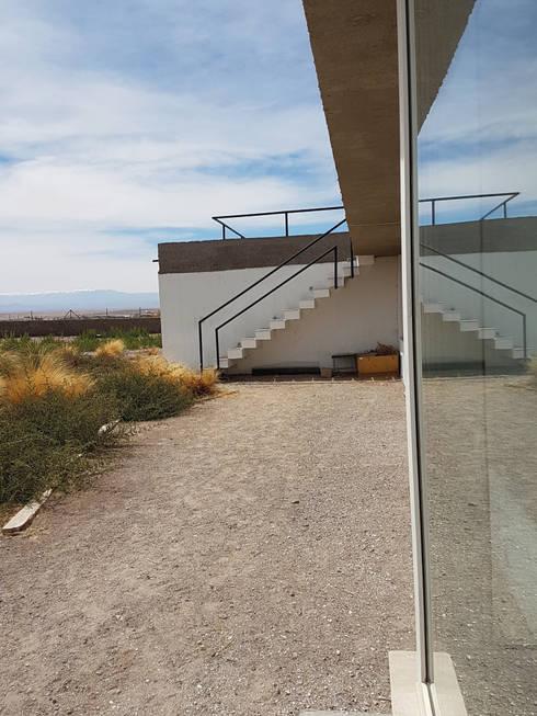 CASA DE LA PIEDRA CHIU-CHIU, II REGIÓN DE ANTOFAGASTA: Escaleras de estilo  por RH+ ARQUITECTOS
