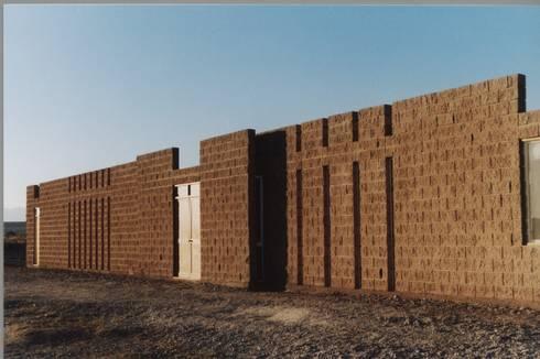 MURTRA SANTA MARÍA DEL SILENCIO   CHIU-CHIU   REGIÓN DE ANTOFAGASTA   CHILE: Casas de campo de estilo  por RH+ ARQUITECTOS