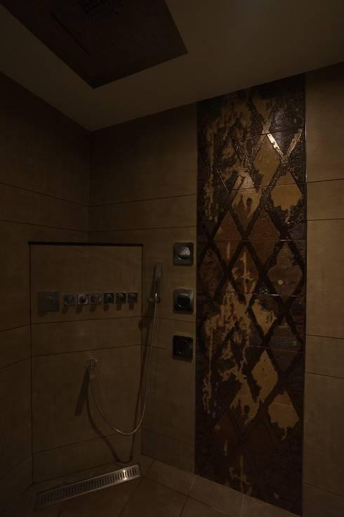 master bedroom bathroom:  Bathroom by Hasta architects