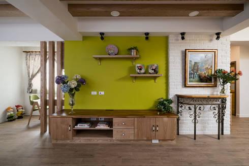 市區45年老屋華麗轉身 恬靜鄉村風:  客廳 by 采荷設計(Color-Lotus Design)