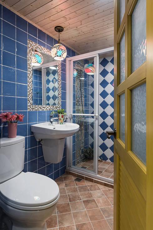 市區45年老屋華麗轉身 恬靜鄉村風:  浴室 by 采荷設計(Color-Lotus Design)