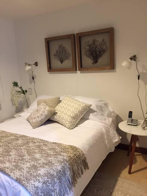 Habiatacion blanca y fresca: Dormitorios de estilo  por Maria Mentira Studio