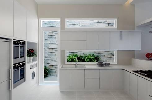 Cửa sau tại bếp giúp lưu thông không khí, tránh ám mùi thức ăn vào nhà.:  Bếp xây sẵn by Công ty TNHH Thiết Kế Xây Dựng Song Phát
