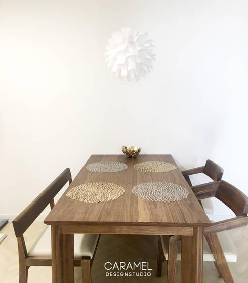 식탁: 카라멜 디자인 스튜디오의  다이닝 룸