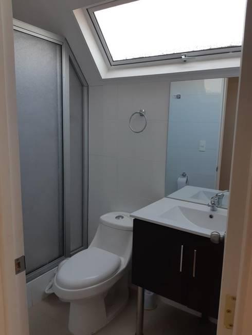 Convertimos una casa en mini hotel: Baños de estilo rústico por Arquitectura & servicios aociados