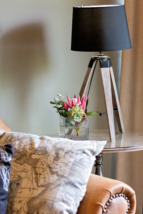 Side Table with beautiful table lamp: classic Living room by Kraaines Interiors - Decor by Cherice
