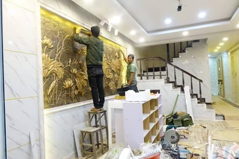 Công trình ốp tường trang trí nội thất tại Cổ Nhuế Hà Nội:  Phòng khách by Công Ty TNHH Ferino Việt Nam