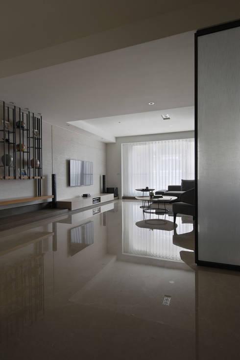 <大樓-3+1房2廳>度假感住宅 貼心三代機能需求:  房子 by 夏川空間設計工作室