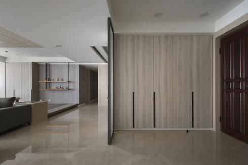 <大樓-3+1房2廳>度假感住宅 貼心三代機能需求:  走廊 & 玄關 by 夏川空間設計工作室