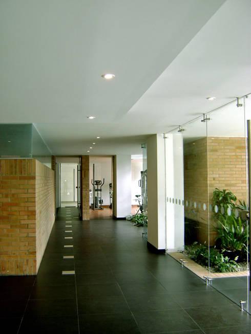Edificio C57- Zonas comunes: Pasillos y vestíbulos de estilo  por RIVAL Arquitectos  S.A.S.